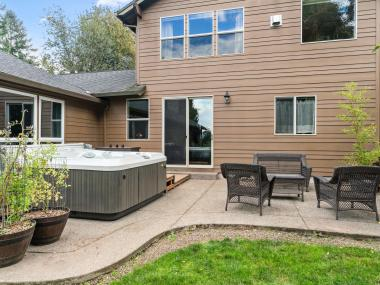 Exterior traditional home Tigard with hot tub