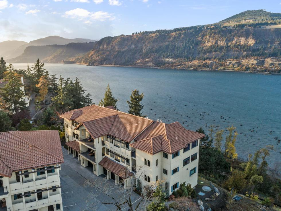 Hood River luxury condo on Columbia River with gorge views
