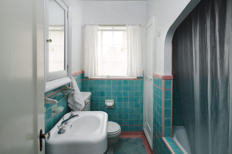 2325 NE Flanders St Unit APT-print-028-024-Bathroom-4200x2798-300dpi