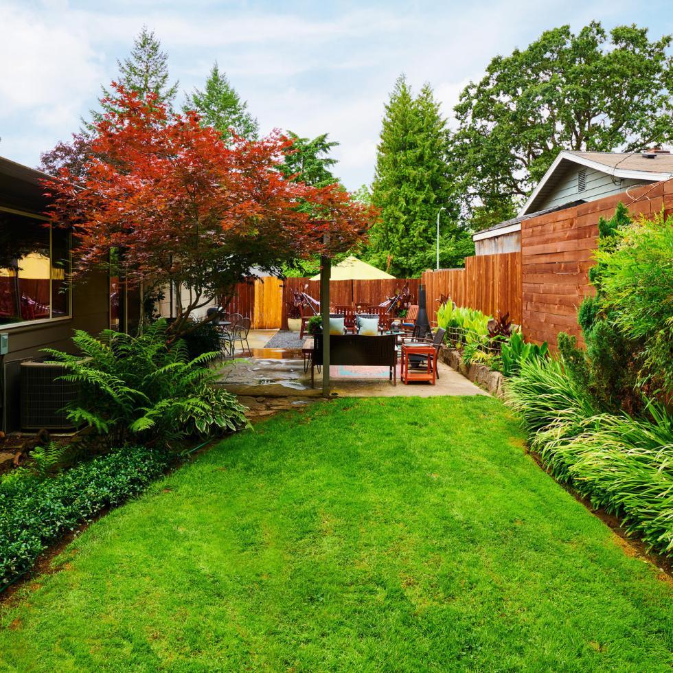 backyard green grass Lake Oswego Entertainer's delight